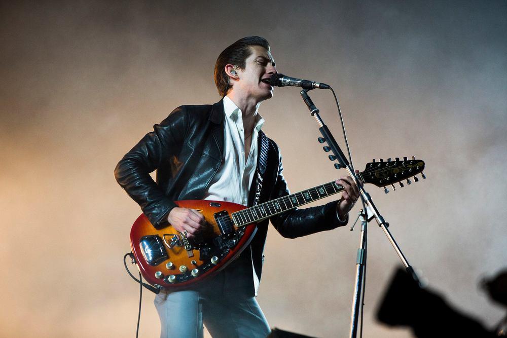 Frequentemente flertando com a elegância e a cafonice, Alex Turner e os Arctic Monkeys presentearam os fãs com um figurino decente, que lembrou menos aquele visual Agostinho Carrara dos últimos tempos.