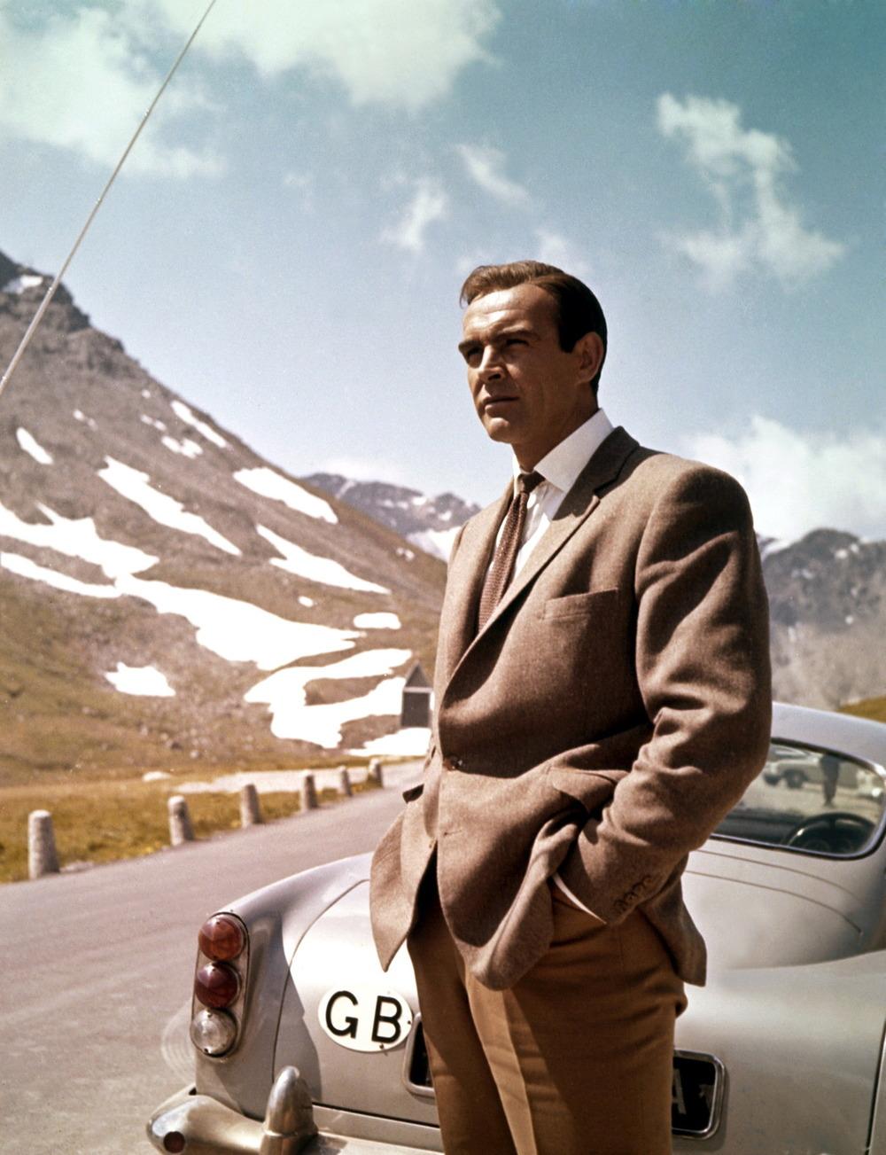 Sir Thomas Sean Connery. A começar que quando tem-se o título de 'Sir' no nome,já devemos respeitá-lo. Depois que quando esse mesmo nome vem acompanhado de tanto talento e elegância, nossa homenagem deve ser ainda maior. É por isso que hoje estamos aqui aplaudindo esse grande nome do cinema e da moda, que através de papéis memoráveis como o do primeiro James Bond da história, nos ensinou muito sobre espionagem, sedução e elegância. muito obrigado, Sir, pelos 84 anos de tanta sabedoria.