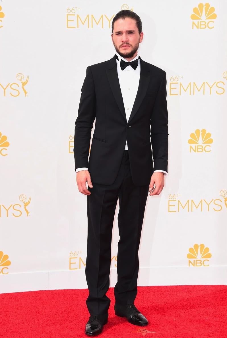 Kit Harington é tão elegante que mesmo vestindo um monte de peles em 'Game of Thrones', ele fica bem vestido. Na noite de ontem não foi diferente. O coque com a barba por fazer deixou o visual ainda mais caprichado.