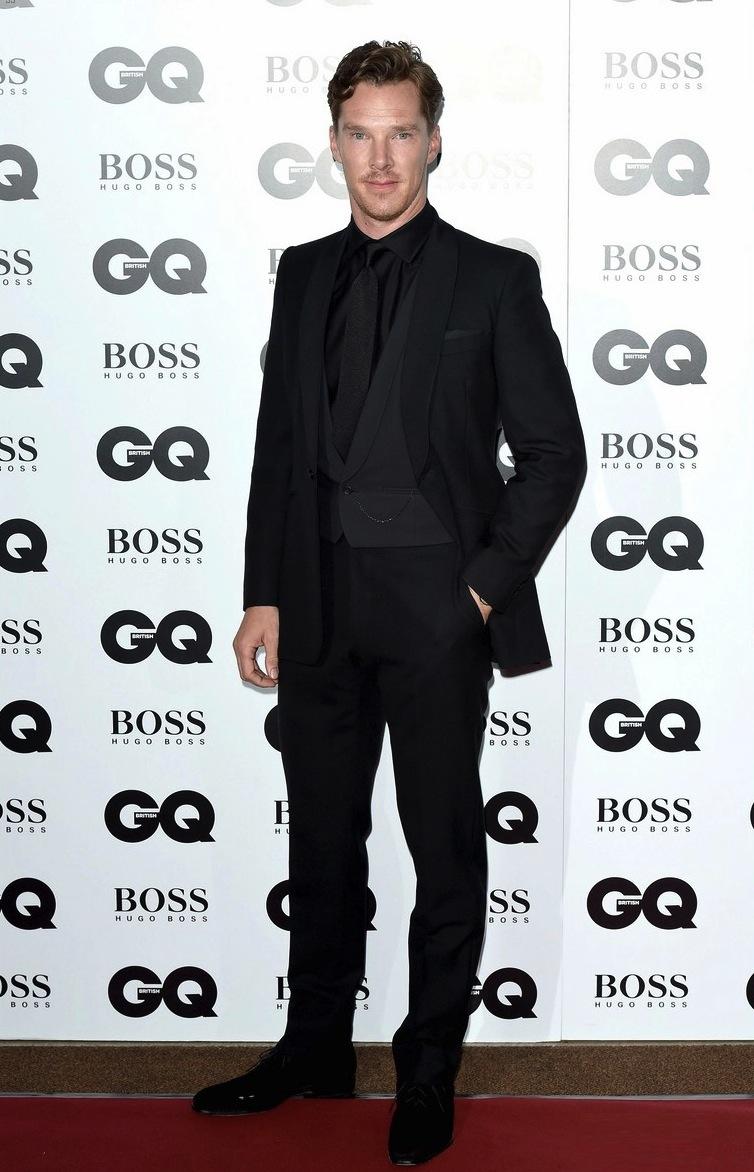 Dono de uma legião de fãs seja pelo seu talento como ator, pela sua voz inconfundível ou pela sua enorme habilidade na hora de se vestir, Benedict Cumberbatch acertou em cheio mais uma vez. Com um smoking clássico de três peças, o inglês não exagerou ao combinar apenas tons de preto.