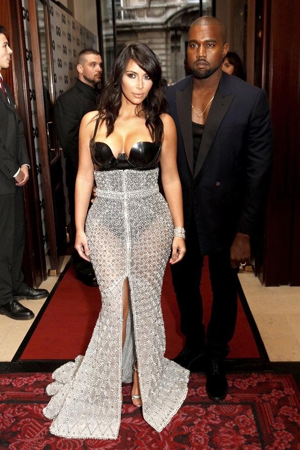 Tá aí um cara que vive caminhando sobre uma linha tênue entre o elegante e o exagerado. De vez em quando isso acontece ao mesmo tempo. Foi o caso de quarta-feira, quando Kanye West vestiu um belíssimo blazer por cima de uma camiseta excessivamente decotada, quase que competindo com a sua mulher Kim Kardashian.