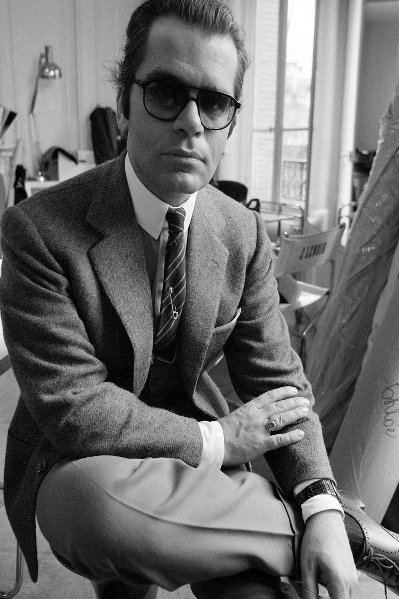 Provavelmente o principal personagem da moda moderna das últimas décadas. Polêmico, um tanto arrogante e por vezes extravagante demais, Karl Lagerfeld goza também do título de santidade do mercado da moda há muito tempo. Aos 81 anos, o designer chefe da Chanel é responsável por inúmeras contribuições para o mercado da moda masculina e feminina. E mesmo por trás daqueles óculos e daquela cara cararncuda, temos que admitir, vive um dos grandes nomes da moda moderna.
