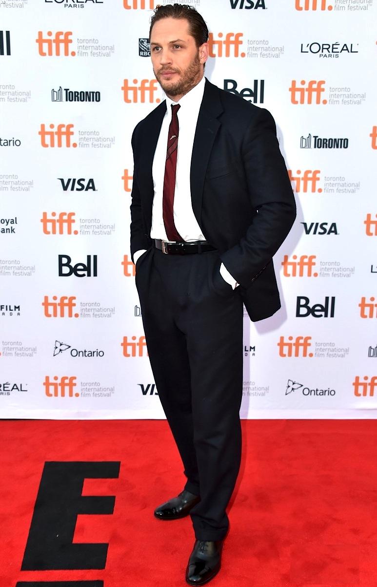 Originalidade é com ele. Tom Hardy, excelente ator inglês, desferiu um terno classudo para o festival. Só faltou fechar um dos botões do casaco para parecer menos um homem de negócios e mais um astro do cinema.