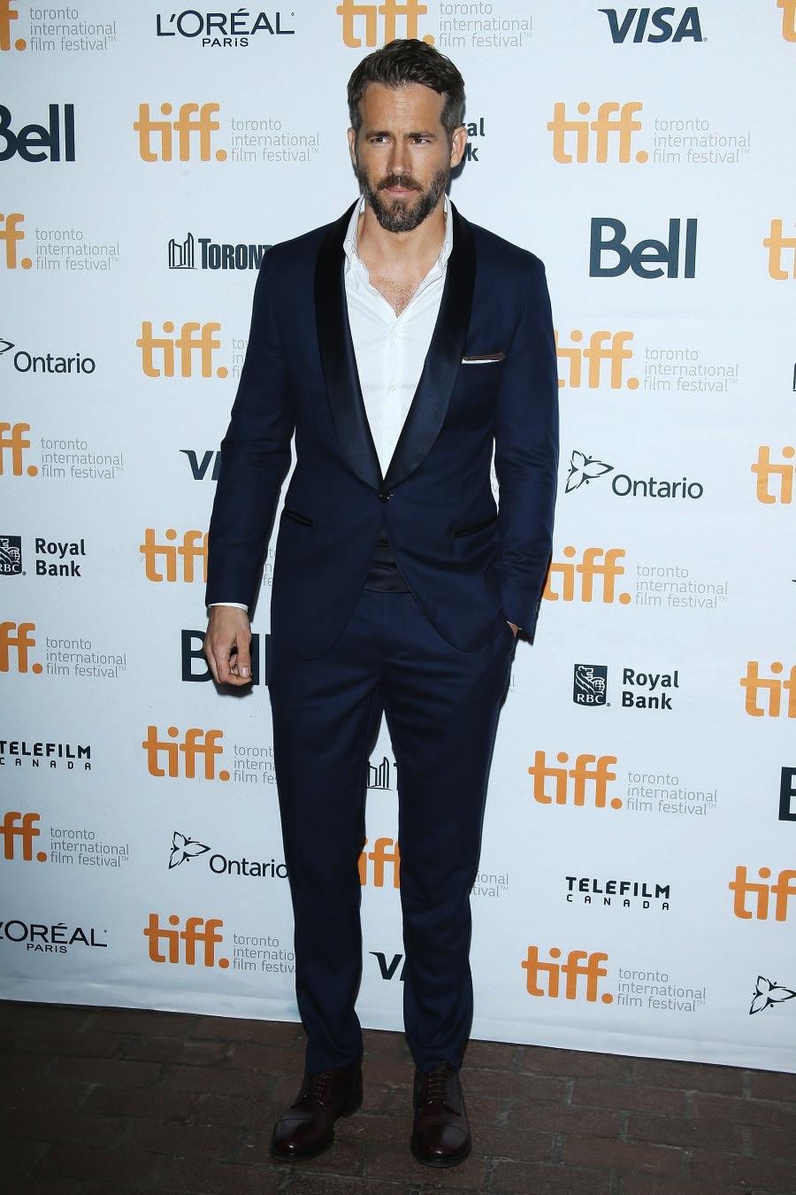 Temos aqui um dos pontos mais altos do festival. Se sentindo em casa (ele é canadense), Ryan Reynolds dispensou a gravata borboleta e se saiu muito bem com o smoking azul e preto.