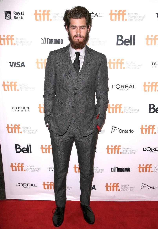 Em um visual muito mais cabeludo do que o habitual, Andrew Garfield caprichou no terno de três peças. Prova de que mesmo a barba e o cabelo podem virar um atributo quando o resto cospira a favor.