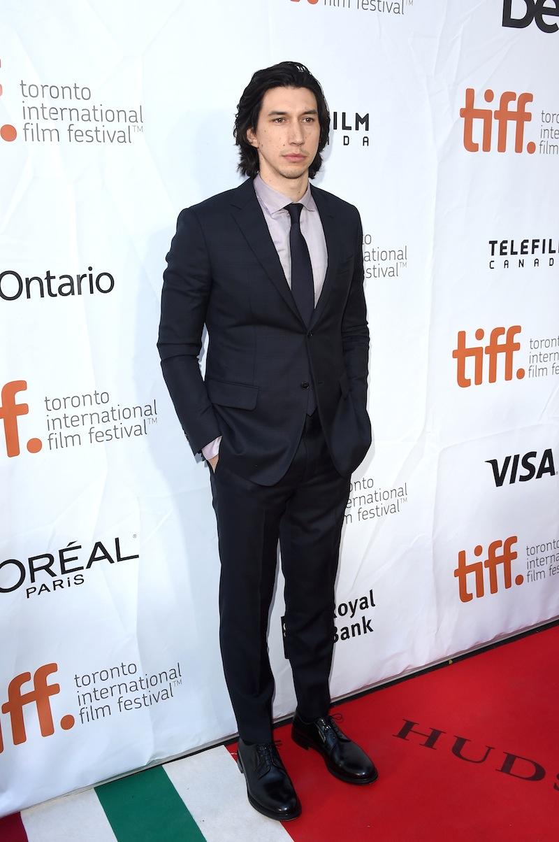 Adam Driver, recente revelação hollywoodiana, mostrou que a revista GQ americana acertou em estampa-lo na sua capa de setembro. O rapaz sabe como vestir um terno.