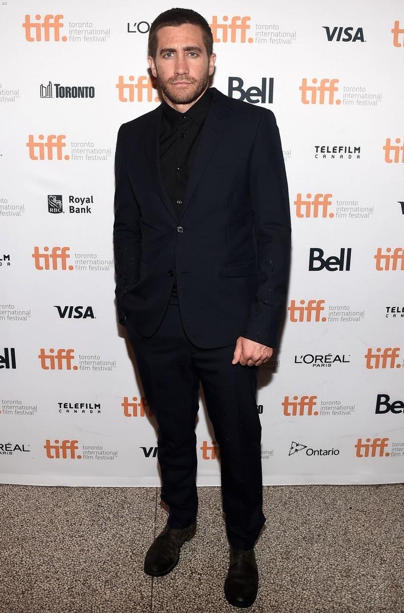 A onda da ausência gravata tem ganhado cada vez mais adeptos. Para nós, não merecidamente. Mas vai falar para um cara como o Jake Gyllenhaal isso. Apesar desse detalhe, o ator foi um dos destaques no quesito figurino.