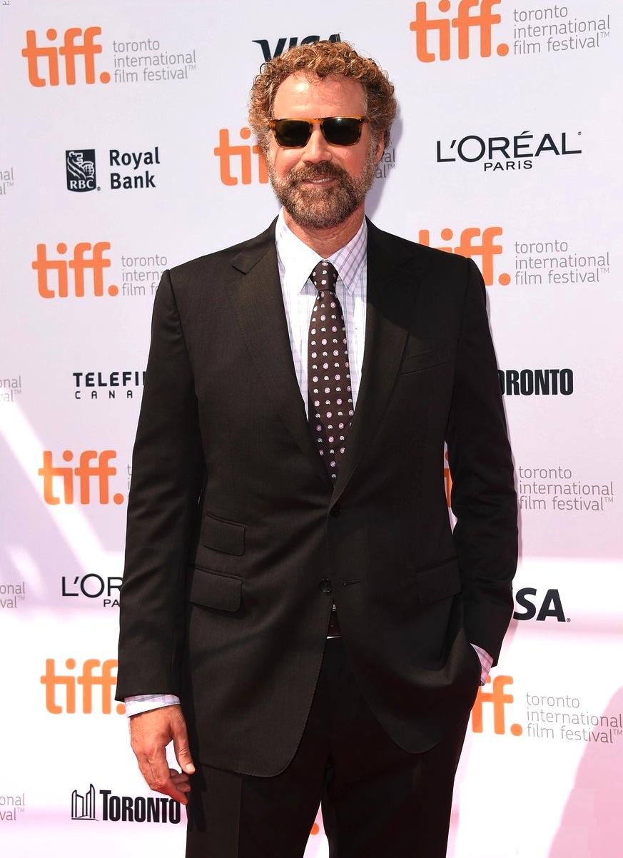 Começamos bem. Will Ferrell, do alto do seu bom humor, esbanjou originalidade no tapete vermelho. Sem medo de mostrar os cabelos grisalhos, Will desfilou com um caprichado costume com estampas delicadas e um belo par de óculos.