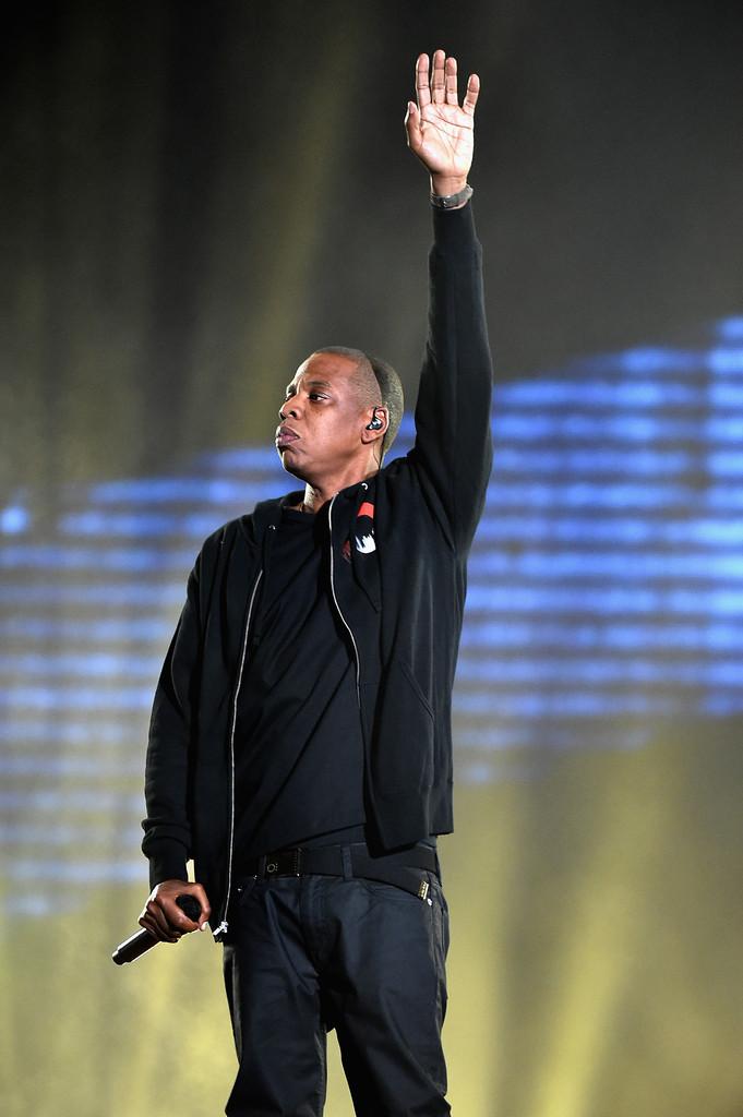 Rapper bem vestido é uma raridade. Por algum motivo desconhecido, 95% deles prefere roupas largas e uma enorme quantidade de correntes no pescoço. Jay Z passou longe disso tudo e investiu no preto com preto. Sábia escolha.