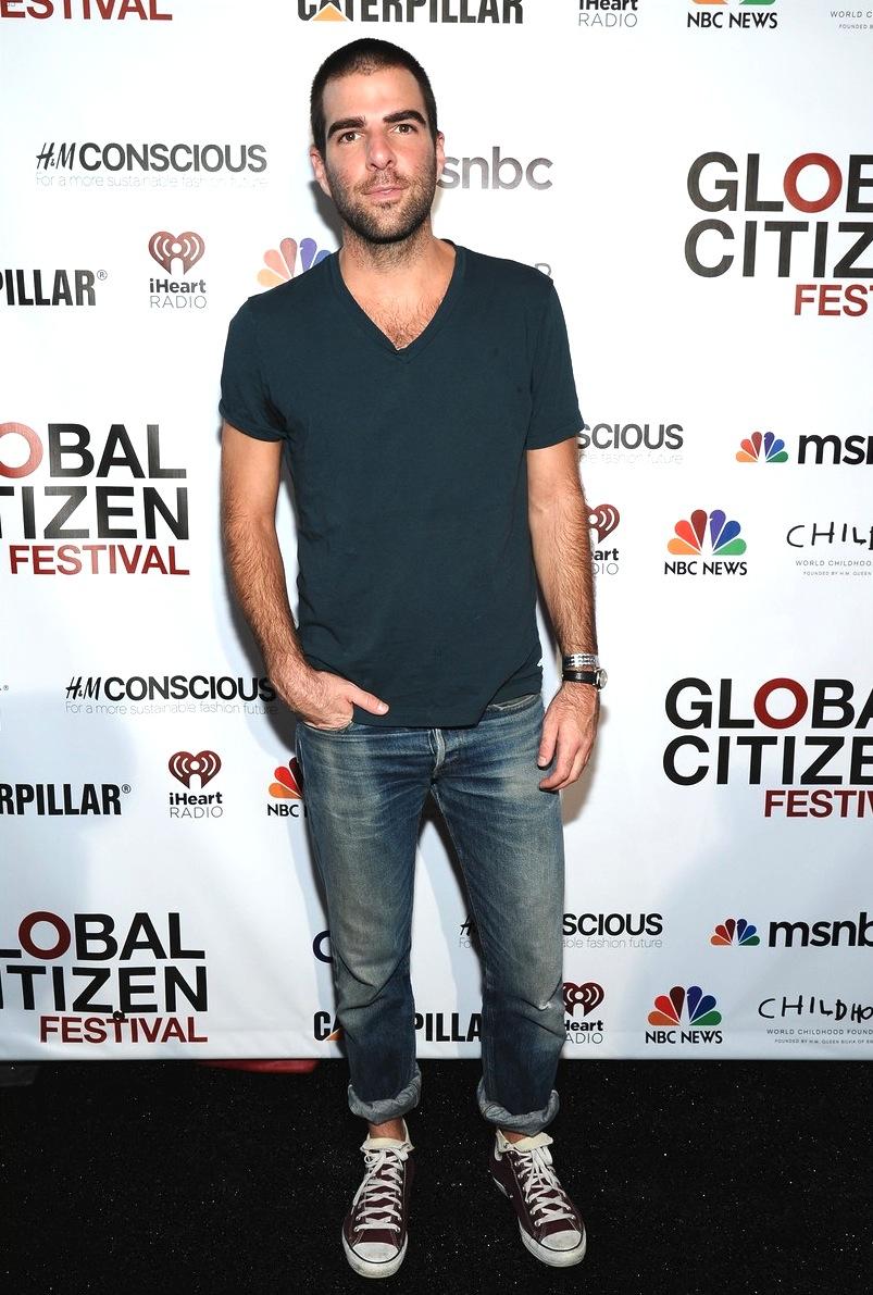 O ator Zachary Quinto foi uma das celebridades que apareceu para conferir o festival. E como é de praxe, foi um dos mais elegantes. Só exagerou no número de dobras da bainha da calça.