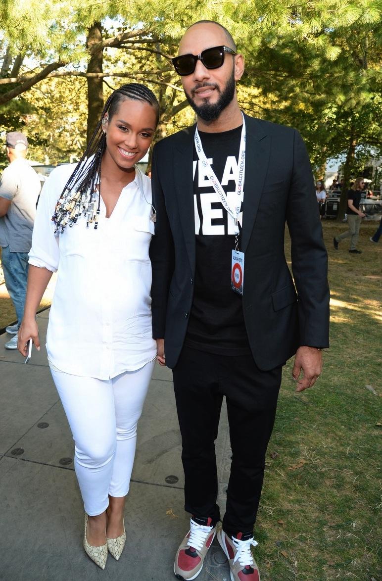 Mais formal e sem sair do padrão do evento, tivemos o produtor musical e DJ Swizz Beatz, marido da cantora Alicia Keys. Conforto e classe no mesmo figurino.