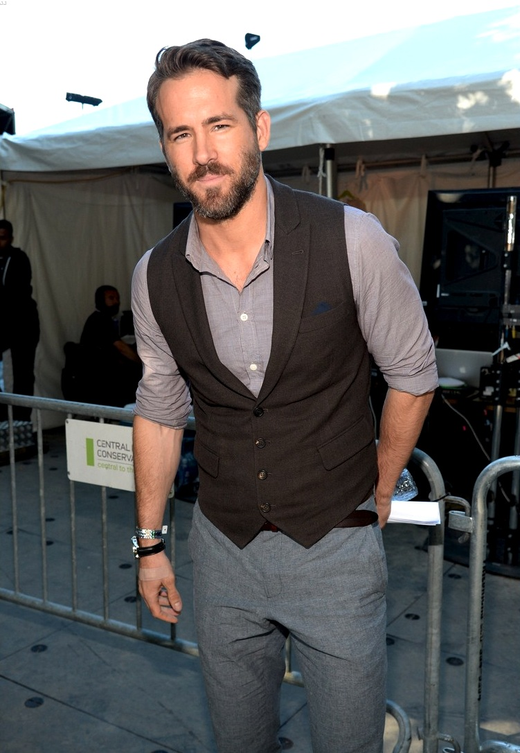 E por falar em VIP, fechamos a nossa galeria com o destaque doGlobal Citizen Festival. Ryan Reynolds acertou em cheio ao dispensar a gravata e arregaçar as mangas. Destaque para os detalhes discretos do lenço no bolso e do relógio.