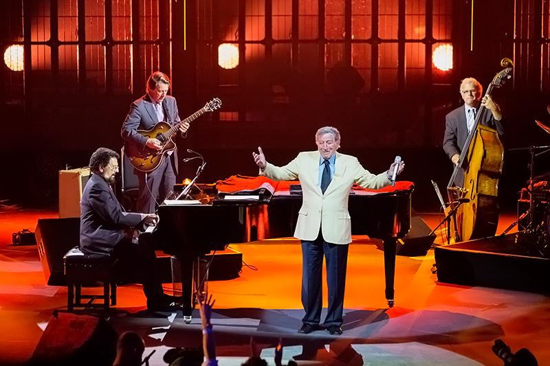 Falando em capricho, tivemos um dos principais representantes da moda masculina clássica na música. Aos 88 anos recém completados, Tony Bennett era puro estilo debaixo do terno.