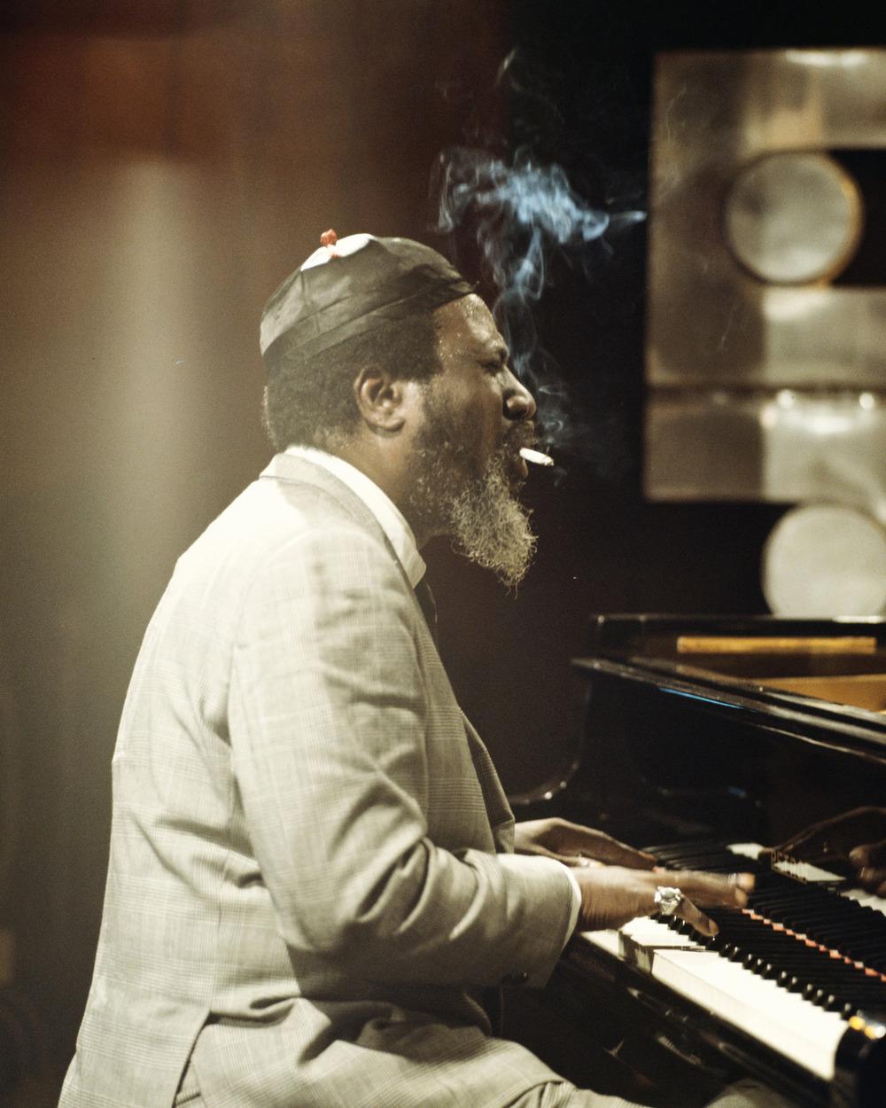 """Um dos heróis do jazz. E se é do jazz, é do estilo também. Porque, como todos sabem, o jazz é um dos gêneros mais elegantes da música. Ao lado de caras como John Coltrane, Miles Davis e Charlie Parker, ajudou a difundir o jazz e """"popularizá-lo"""". Sua elegância era notável. Fosse para trajar os mais alinhados ternos, fosse para desferir seus golpes nas teclas do piano. Se estivesse vivo até hoje, Monk completaria 97 anos de vida. Uma vida dedicada ao jazz e à música. Com muito estilo, claro."""