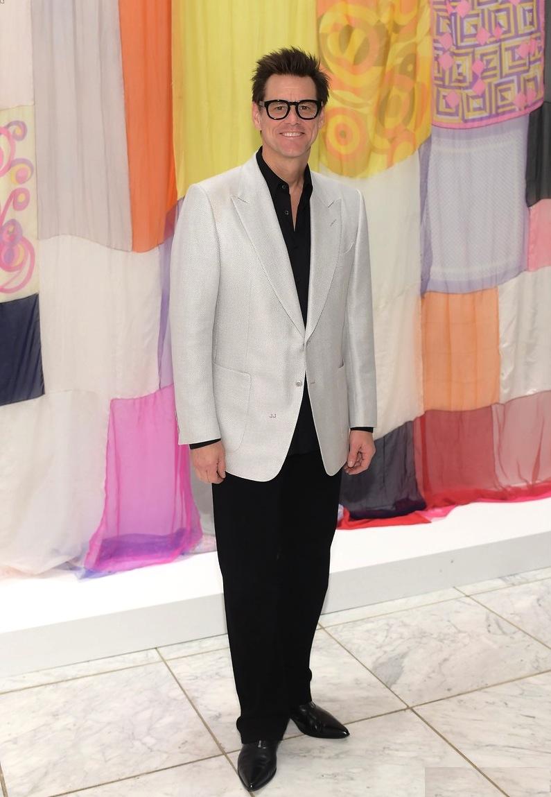 """Com Jim Carrey não foi a gravata que fez o visual um pouco desastroso. O blazer sem corte e muito grande somado ao sapato excessivamente pontudo foram vitais para Jim entrar na nossa galeria no sentido de mostrar como """"não fazer"""". O que fica de positivo é o ótimo modelo de óculos do ator."""