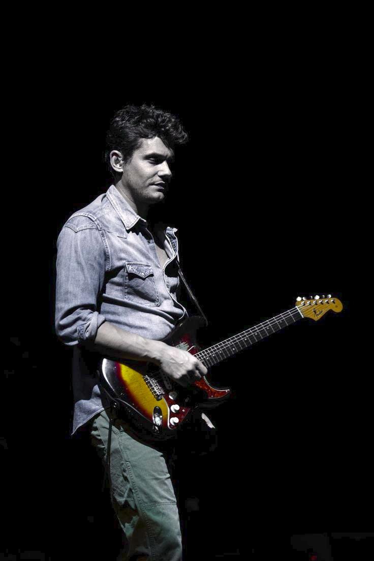 """John Clayton Mayer, também conhecido como John Mayer, é hoje um dos guitarristas mais conceituados. Ok que existem muitos outros, talvez até mais habilidosos. Acontece que ofuzzem torno desse rapaz é realmente de tirar o chapéu. Prova disso é a sua amizade com o Deus da guitarra, Eric Clapton. Depois de estourar para o mundo como mais um cantor pop, Mayer mergulhou de verdade no blues, revelando-se umbluesmande primeira, investindo em arranjos e solos que nada lembravam """"Your Body is a Wonderland"""", por exemplo. E o crescimento também se deu no visual. Aos 37 anos, as roupas sem graça deram lugar a ternos e combinações bem pensadas, sem exageros ou resquícios daquele menino prodígio dos anos anteriores. Que continue assim."""