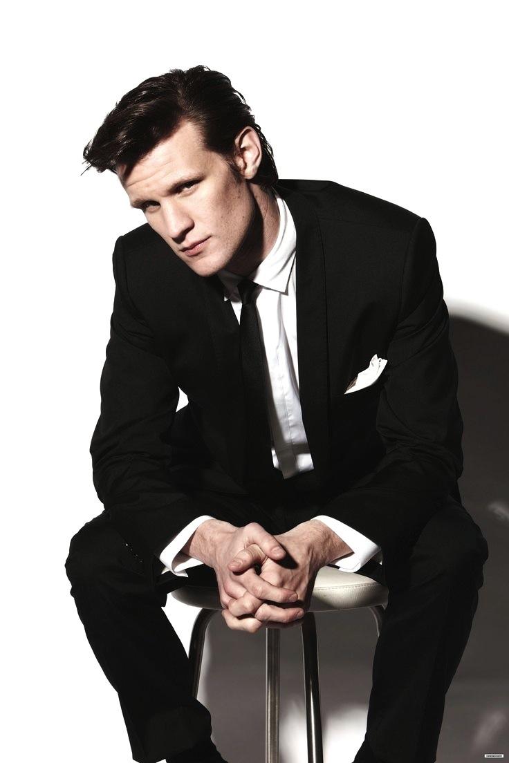 Também do cinema, só que vindo do outro lado do Atlântico, temos Matt Smith. Inglês deNorthampton, Matt chega aos 32 anos de idade no auge da carreira. Viveu, durante quatro anos, o famoso Doctor Who na televisão. Papel que lhe abriu caminhos no cinema e na moda. Sim, com o sucesso da série, Smith virou figura carimbada das principais publicações do ramo ao redor do mundo como GQ e Esquire, sendo eleito o homem do ano pela GQ Britânica. Seu figurino de Doctor Who provou ser bastante útil, uma vez que até fora das telas, Smith mostrava a mesma elegância do personagem ao desfilar com elegantes ternos e penteados. Também, o estilo inglês corre nas veias.