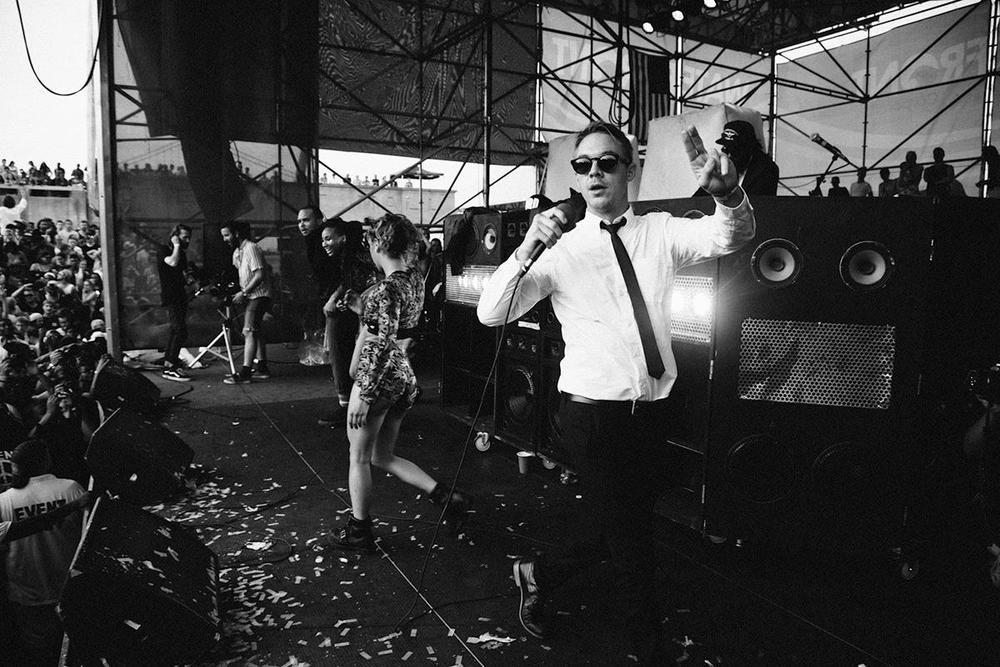 Thomas Wesley Pentz, também conhecido como Diplo, celebra o seu 36 aniversário hoje. E além de ser um dos DJs mais renomados da atualidade e um produtor musical de muito respeito, Diplo merece a nossa salva de palmas pelo seu extremo bom gosto na hora de se vestir. Ele não faz lembrar em nada a maioria dos seus colegas de profissão, que sempre optam por trajes exagerados e extravagantes. Não, Diplo prefere entreter a todos vestindo ternos bem cortados e combinações inteligentes. Exagero não tem vez. Um acerto. Um acerto que faz ele merecer elogios não apenas pelo seu talento atrás das  pick-ups .