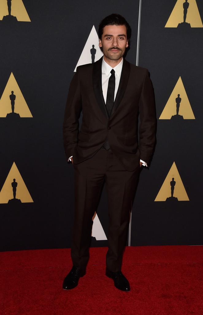 Os últimos anos de Oscar Isaac têm sido os melhores de sua carreira. Filmes importantes, papéis de mais destaque e um verdadeiro upgrade no visual. O terno slim fit fundamenta isso.