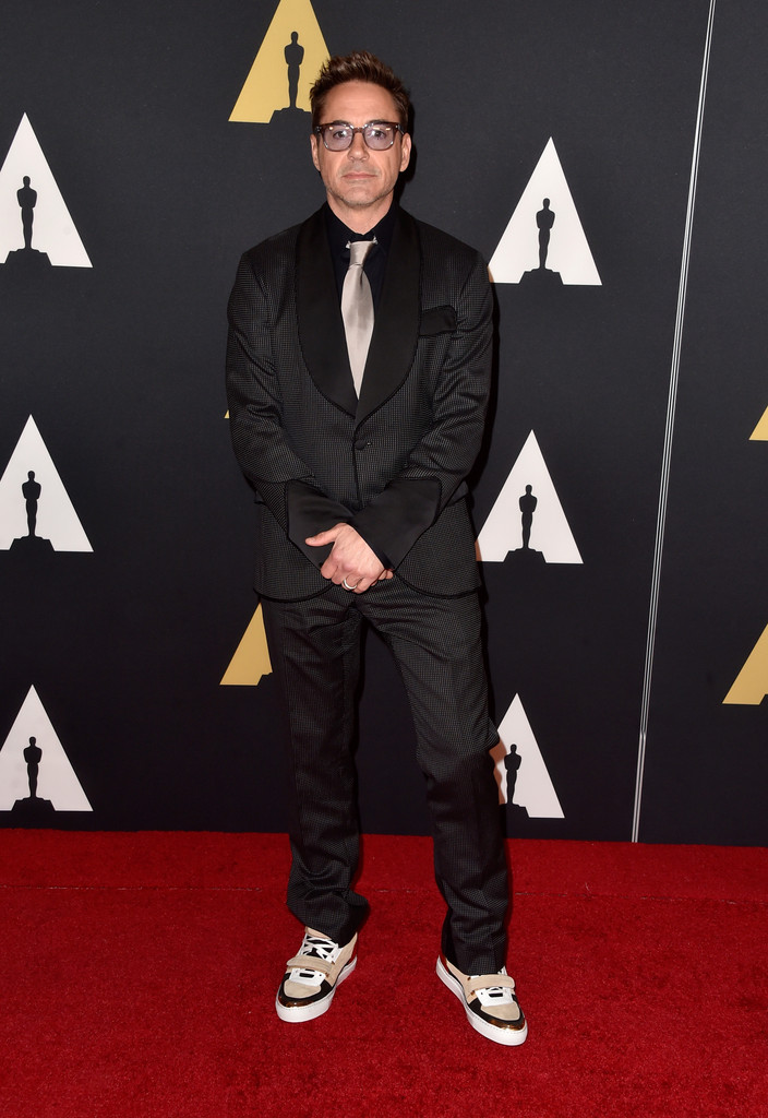 Robert Downey Jr. Por que isso? Essa sua necessidade de ousar nos trajes atrapalha bastante. A começar pelo blazer, cheio de detalhes e exageros. A gravata clara e o tênis excessivamente grosseiro só pioraram a situação.