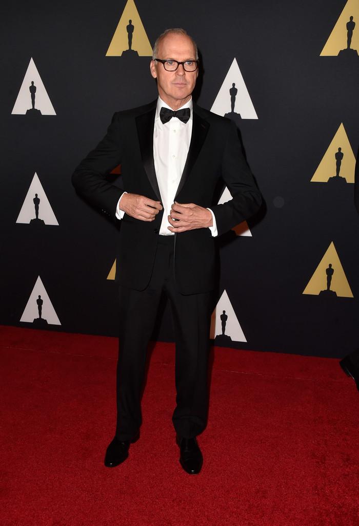Michael Keaton está de volta. E o costume escolhido fez lembrar muito o ex-Bruce Wayne. Tuddo muito bem alinhado e nenhum receio de mostrar os fios de cabelo branco. O óculos de armação grossa fechou o conjunto de forma perfeita.