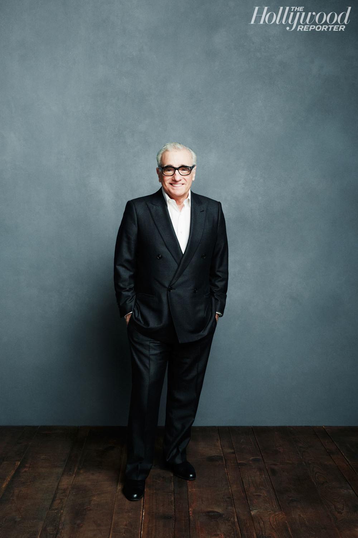 """E bota especial nisso. 17 de novembro é dia de homenagearmos um gênio do cinema, um cara responsável por boa parte dos grandes filmes das últimas décadas.Martin Charles Scorsese, o homem por trás de """"Taxidriver"""", """"Touro Indomável"""", """"Os Bons Companheiros"""", """"Casino"""", """"Gangues de Nova York"""", """"Os Infiltrados"""", """"O Lobo de Wall Street"""" e tantos outros completa hoje seu 72º aniversário. Filmes com classe, elegância e muita originalidade. Todos, semexceção mostram um cuidado especial com o visual. Figurinos inteligentes, desde os mafiosos italianos até os corretores de Wall Street. Sem falar no bom gosto do diretor com o seu próprio figurino. Suas premiadas participações em festivais e eventos do ramo são sempre dignas de blogs de moda masculina. Por essas e por outras, parabéns, Martin."""