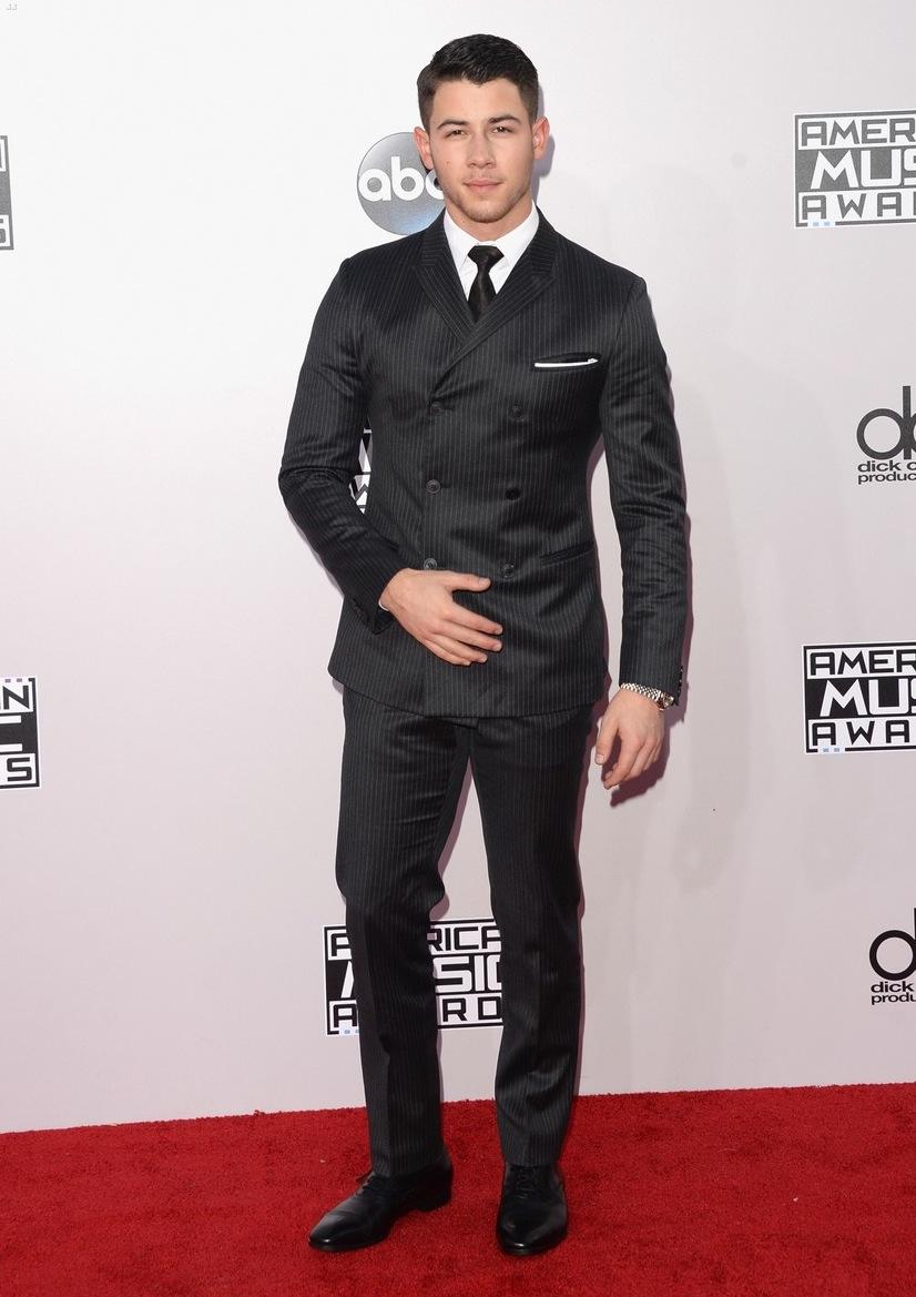 Passando muito perto disso, esteve o cantor Nick Jonas. Seu costume elegante pegou pelo excesso de botões, deixando pouco respiro para a camisa e a gravata. Medalha de prata, digamos.