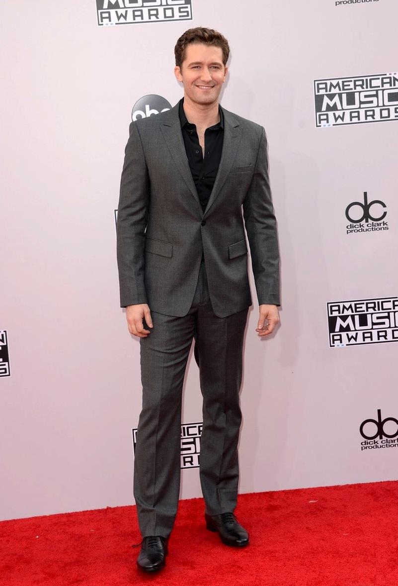 O ator Matthew Morrison até que teve boas intenções. Gostamos quando o cara investe na simplicidade, principalmente das cores. Acontece que o corte do terno deixou o visual um tanto sem graça. Um bom alfaiate faria toda a diferença.