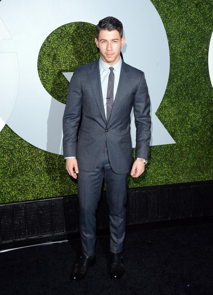 Outro que tem se mostrado um expert em eventos do tipo é o ex-Jonas Brothers Nick Jonas. O terno minimalista lhe caiu muito bem.