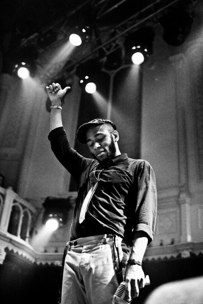 """Mos Def não é só aquele cara engraçado do """"Guia do Mochileiro das Galáxias"""" e do """"Rebobine Por Favor"""". Ele também é um consagrado rapper e produtor musical americano. E ainda por cima é amigo do Scott Schuman, do Sartorialiste é figura garantida em seus eventos. Sim, aqueles eventos quereúnemos caras mais influentes da moda atual. Mos, que nasceuDante Terrell Smith, merece todo o nosso aplauso por não ser um rapper como os outros, balançando seus correntões e roupas folgadas por aí. Mos é adepto da alfaiataria, da moda tradicional. Por menos tradicional que ele possa parecer."""
