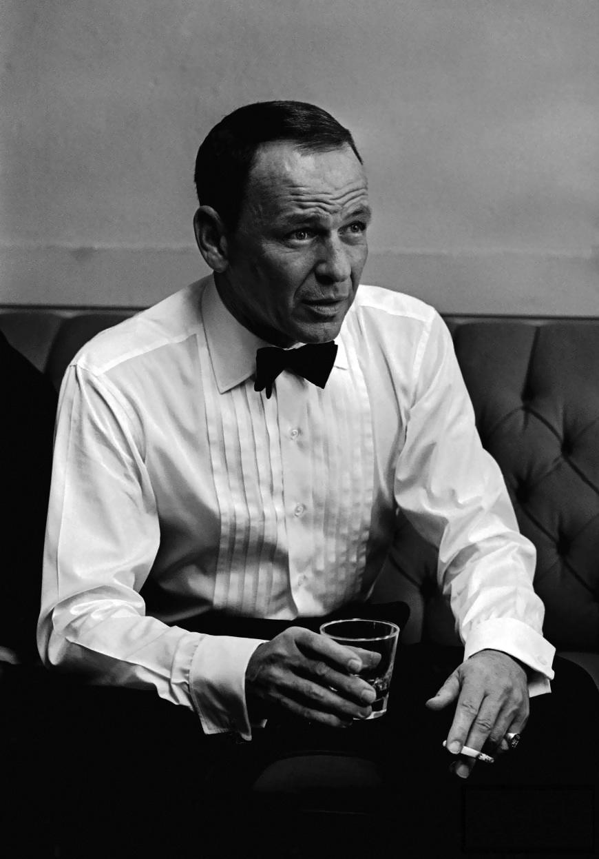 Poucos caras respondem melhor o que é moda clássica do queFrancis Albert Sinatra. Nascido há exatos 99 anos atrás, Sinatra imortalizou um estilo elegante e distinto de se vestir. Ternos impecáveis, colarinhos italianos, sapatos perfeitamente arrumados e os acessórios pontuais. Sinatra foi um dos precursores de muitas coisas, foi um dos fundadores do Rat Pack - um grupo de atores e cantores da época comoDean Martin, Sammy Davis Jr., Peter Lawford e Joey Bishop. Até o ano de sua morte (aos 82 anos), ele foium ícone máximo de estilo, encantando multidões não só pela voz -uma das mais inesquecíveis da história -mas também pelo enorme bom gosto para as roupas. Sinatra, um ídolo que, prestes a completar 100 anos, segue sendo referência de estilo para homens de todas as idades.