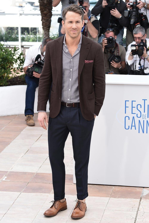 5 - Ryan Reynolds. Ryan Reynolds foi sempre um cara elegante. Porém nunca chegava a figurar nas listas de homens mais elegantes. Se fossem 20, talvez. Mas esse ano não. O ator canadense deixou para trás o seu xará e compatriota, Ryan Gosling e passou 2014 inteiro arrancando aplausos por seus figurinos.