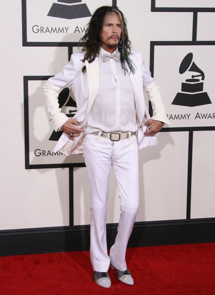 Steven Tyler. É inegável que o senhor acima tem uma contribuição gigante para história da música. Junto com o Aerosmith, Steven Tyler nos presenteou com inúmeras canções que até hoje fazem sucesso. Pena que essa contribuição nunca se estendeuparao figurino.