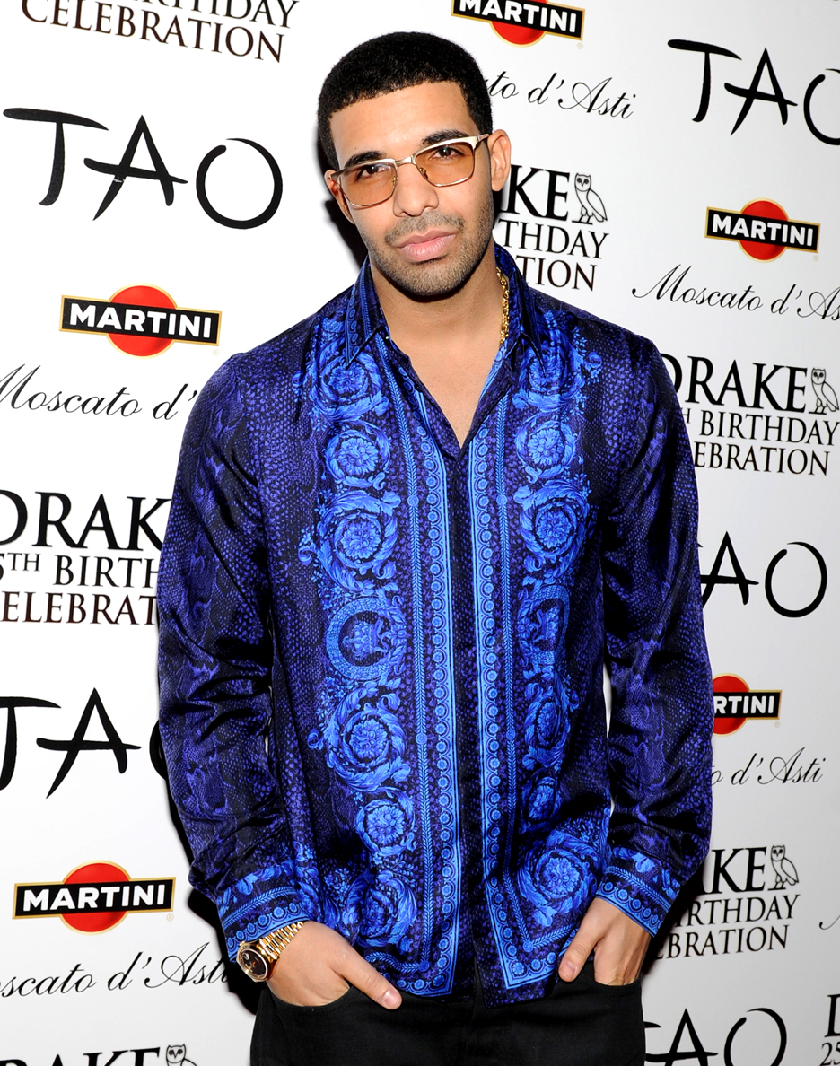 Drake. Quem nos acompanha sabe o quanto a gente fala sobre o estilo dos rappers, que se enfeitam com correntes de ouro e roupas largas. Drake não é bem umexemplo do que estamos falando, mas até se encaixa no momento em que falamos que rappers não precisam de tudo isso para se vestir. Roupas com brilho, estampas e tudo que se (não) tem direito deram o tom do ano para o cara.