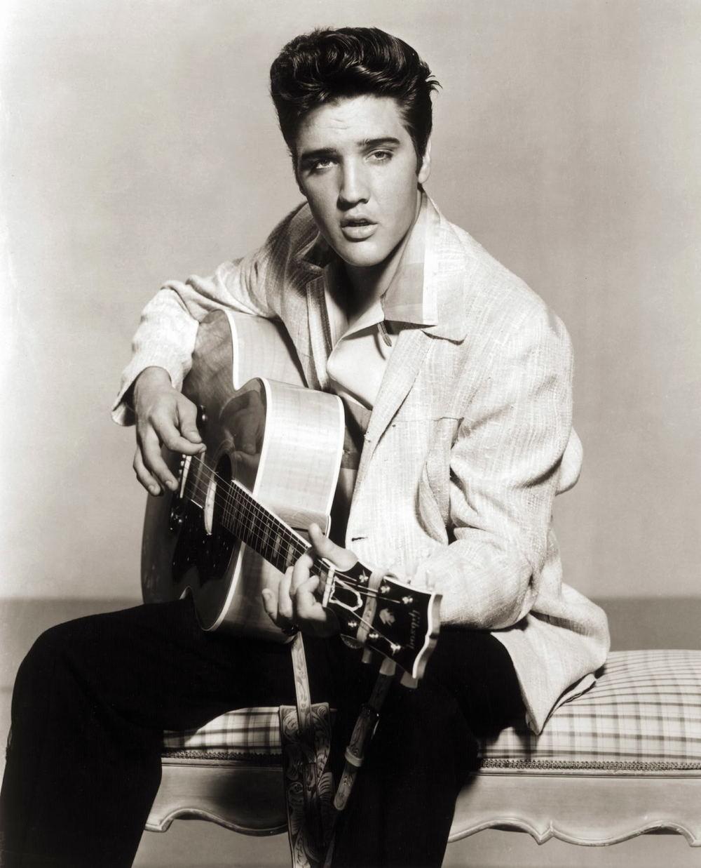 Elvis Aaron Presley. O rei, o precursor, o ícone, o gênio. Elvis, que hoje comemoraria 80 anos nasceu em Memphis, Tennessee e apareceu para o mundo com apenas 19 anos. No fim da década de 50 ele já era considerado um semi-deus. Falecido há quase 40 anos, esse rapaz que encantou o mundo com suas letras, timbres, rebolados e claro, penteados, segue até hoje nos ensinando muito. E não só na música e na moda. Ele foi o embaixador de uma nova cultura, uma nova forma de viver, cantar, dançar, se vestire se comportar. É por isso que hoje, 80 anos depois do seu nascimento, agradecemos de coração por tudo. Tudo mesmo. afinal, se ele é o rei, nós somos os seus fiéis súditos.