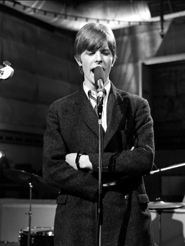 Um pouco mais jovem, mas não menos genial, temos esse rapaz aí de cima.David Robert Jones completa hoje o seu 68º aniversário. Ou seja, como se não bastasse Elvis Presley, temos ainda David Bowie no mesmo post. E assim como o primeiro, é muito difícil mensurar o tamanho do legado e da importância que David Bowie tem para a cultura moderna. Além dos hinos compostos por ele através dos seus mais de 40 anos de carreira, Bowie talvez seja um dos artistas mais ligados a moda que já existiu. Seus figurinos - por vezes extravagantes, é verdade - já foram expostos no Victoria & Albert Musem, em Londres. Fato que por si só já nos mostra o quilate que estamos falando. Bowie foi (e ainda é) outro herói do rock internacional. Um cara que inspiragerações desde os anos 60. Seja com ternos bem cortados ou com cabelos e cara pintados. Não importa. o que importa hoje é homenageá-lo e agradecê-lo.