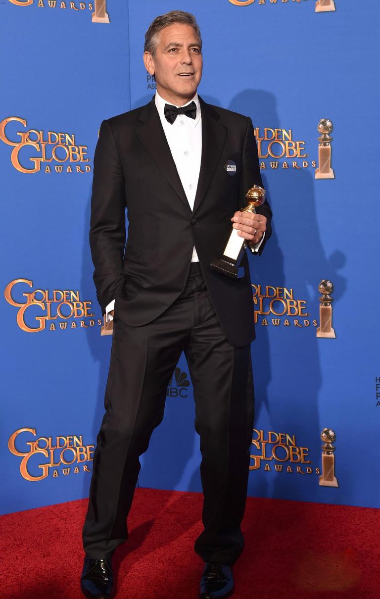 """Condecorado com o prêmio honorário Cecil B. DeMille, George Clooney vestiu, segundo ele, o mesmo smoking do seu casamento. O que não deixa dúvidas sobre o bom gosto do ator/diretor/produtor/ativista. Simplicidade e classe com perfeição. Destaque para o broche """"JE SUIS CHARLIE""""."""