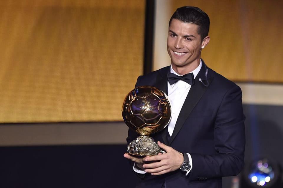 Vencedor pela segunda vez seguida e pela terceira vez na carreira, Cristiano Ronaldo novamente foi um dos destaques da noite. O smoking marinho com detalhes em preto foi impecável. Só faltou pegar mais leve na maquiagem.
