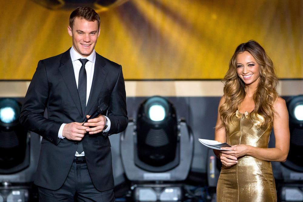 Elegância nem sempre é uma qualidade que os jogadores de futebol carregam para fora do campo. O goleiro alemão Manuel Neuer pode se considerar uma exceção. A habilidade com as mãos (e com os pés), que o colocaram como 3º melhor jogador do ano, também esteve presente na hora de escolher esse caprichado terno.