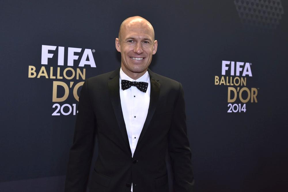 Como não lembrar do  smoking  de Lionel Messi na cerimônia de 2012? E pensar que 2 anos depois, veríamos a mesma estampa no Bola de Ouro. Sorte que Arjen Robben soube dosar muito melhor e investiu na discrição.