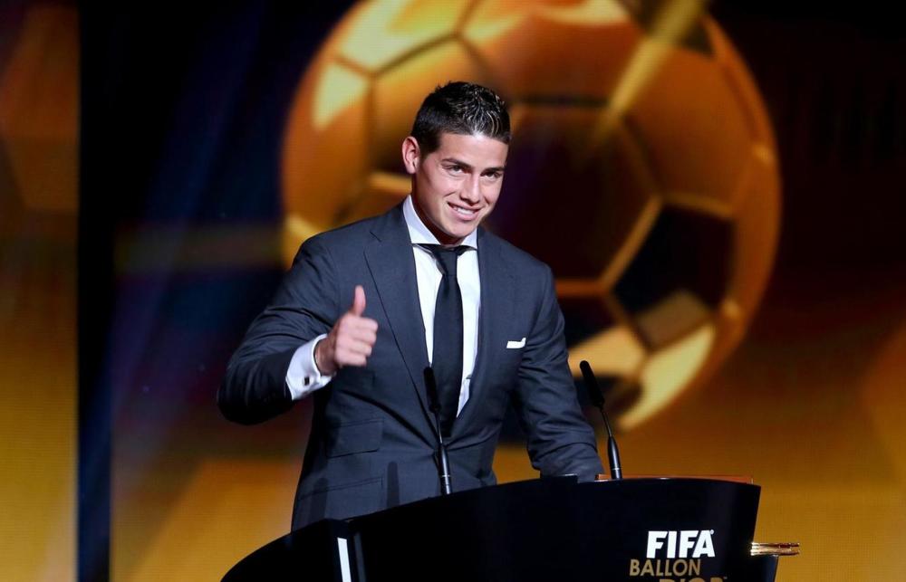 Vencedor do prêmioPuskás de gol mais bonito do ano, o colombiano James Rodriguez também mostrou muita classe para vestir um terno bem cortado com camisa de colarinho italiano. Diferente e elegante.