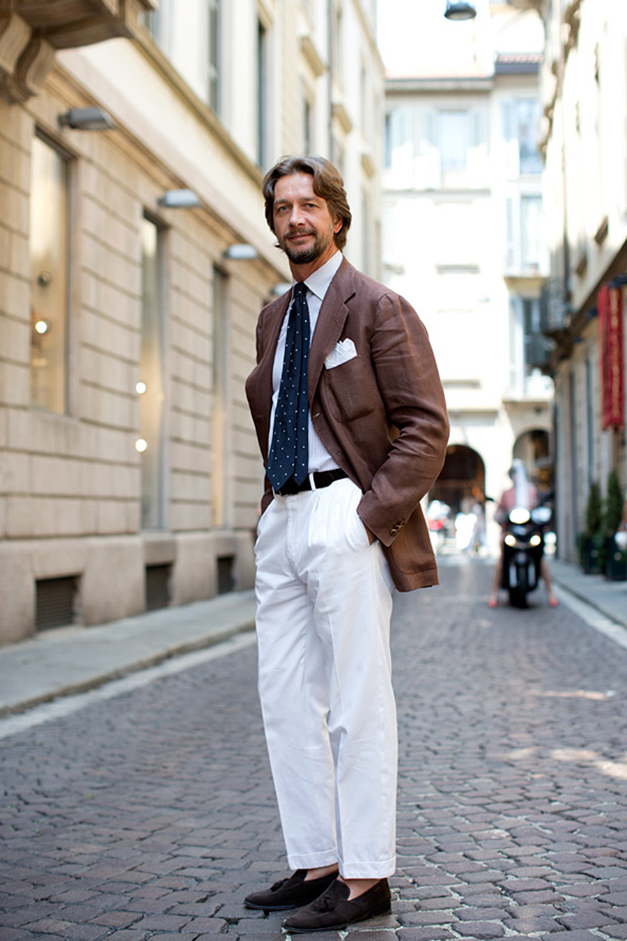 brown-linen-×-white-pants-lookbook-dotted-tie-sartorialist-streetstyle.jpg