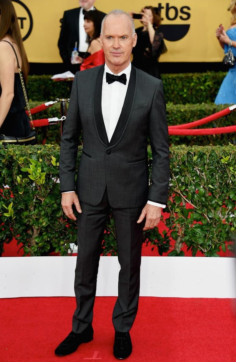 Mais um interessante e inspirador exemplo de homem acima dos 50 que se mostra seguro na hora de se vestir. Michael Keaton repetiu a dose do Globo de Ouro e soube escolher um smoking impecável. Lapelas arredondadas e apenas um botão mostraram que mesmo aos 63 anos, Keaton ainda lembra o bom e velho Bruce Wayne.