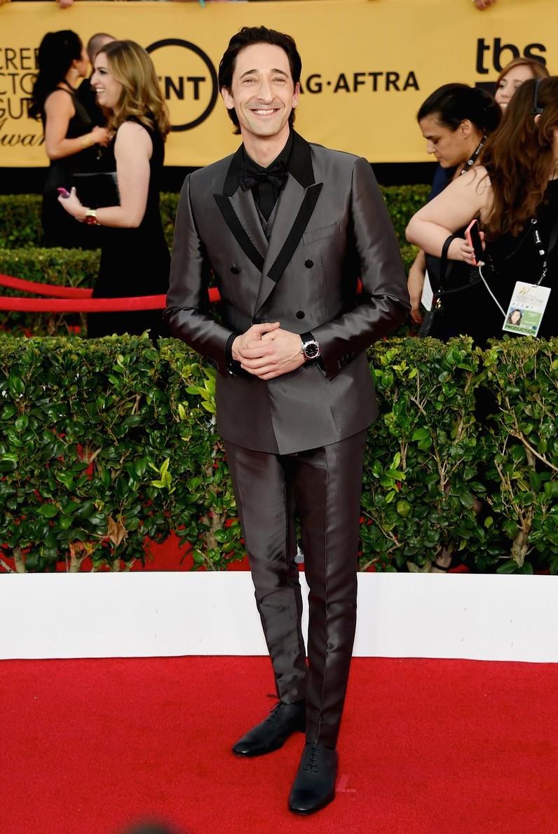 Considerado por muitos um dos grandes e mais bem vestidosatores da sua geração, Adrien Brody não esteve no seu melhor dia. Tudo certo com o alinhamento do terno. Foi nos detalhes que ele pecou. Muitos contrastes e brilhos deixaram o visual um pouco confuso.