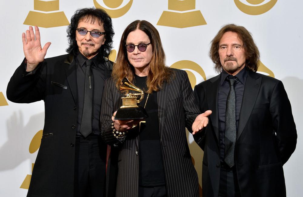 Os Deuses do metal também marcam presença. E quem somos nós para discordar dos seus figurinos? Ozzy e o baixista Geezer Butler(direita) até que mandarambem. Tony Iommi (esquerda) foi quem se equivocou no corte do blazer. Mas de novo: quem somos nós para discordar de um dos maiores nomes do rock?