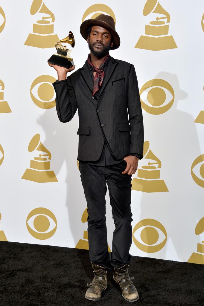 Gary Cark Jr não é só um dos principais nomes do blues/rock da atualidade. É também um dos mais bem vestidos da música. No Grammy Awards de 2014 o cara não deixou de lado o jeitão texano de vestir botas e chapéu. Pena queo alfaiate do cara, na hora de costurar os botões do blazer, esqueceu de colocar os óculos...