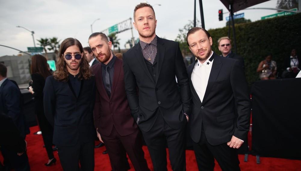 Das boas novidades da música dos últimos anos, os caras do Imagine Dragons mostraram que entendem de música e moda. Ternos bem cortados e combinados com muita sabedoria.
