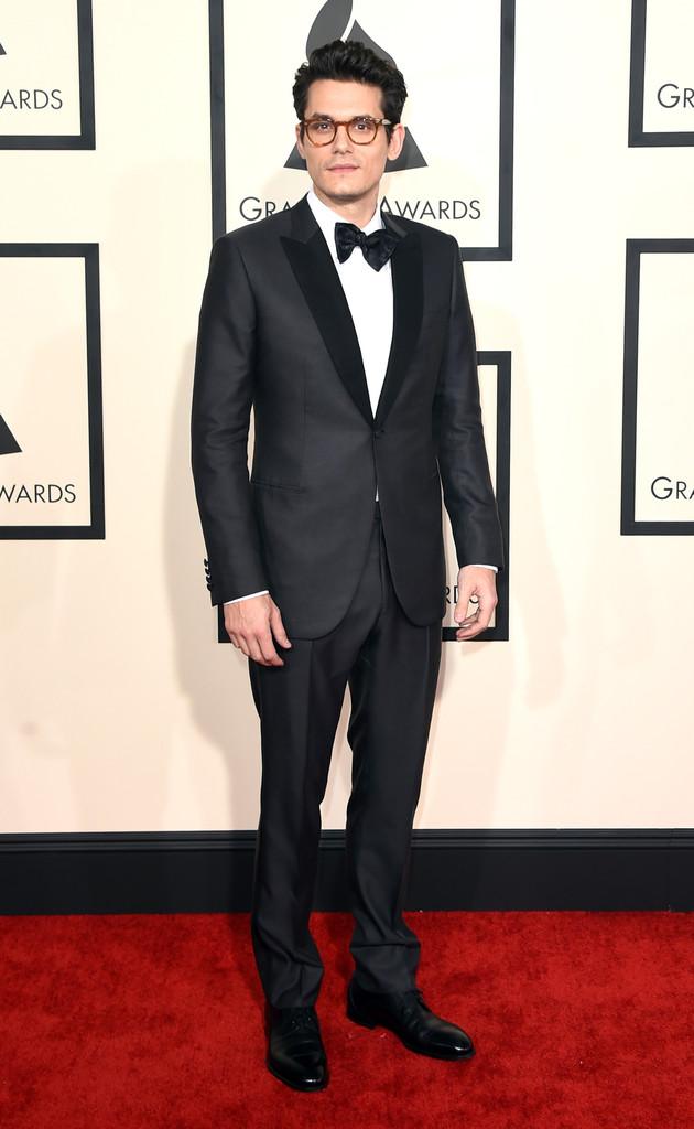 Apresentamos o cara mais elegante da noite. John Mayer não nos dá alternativas a não ser agradecer por tamanha elegância em meio a tantos escorregões e erros rudes.