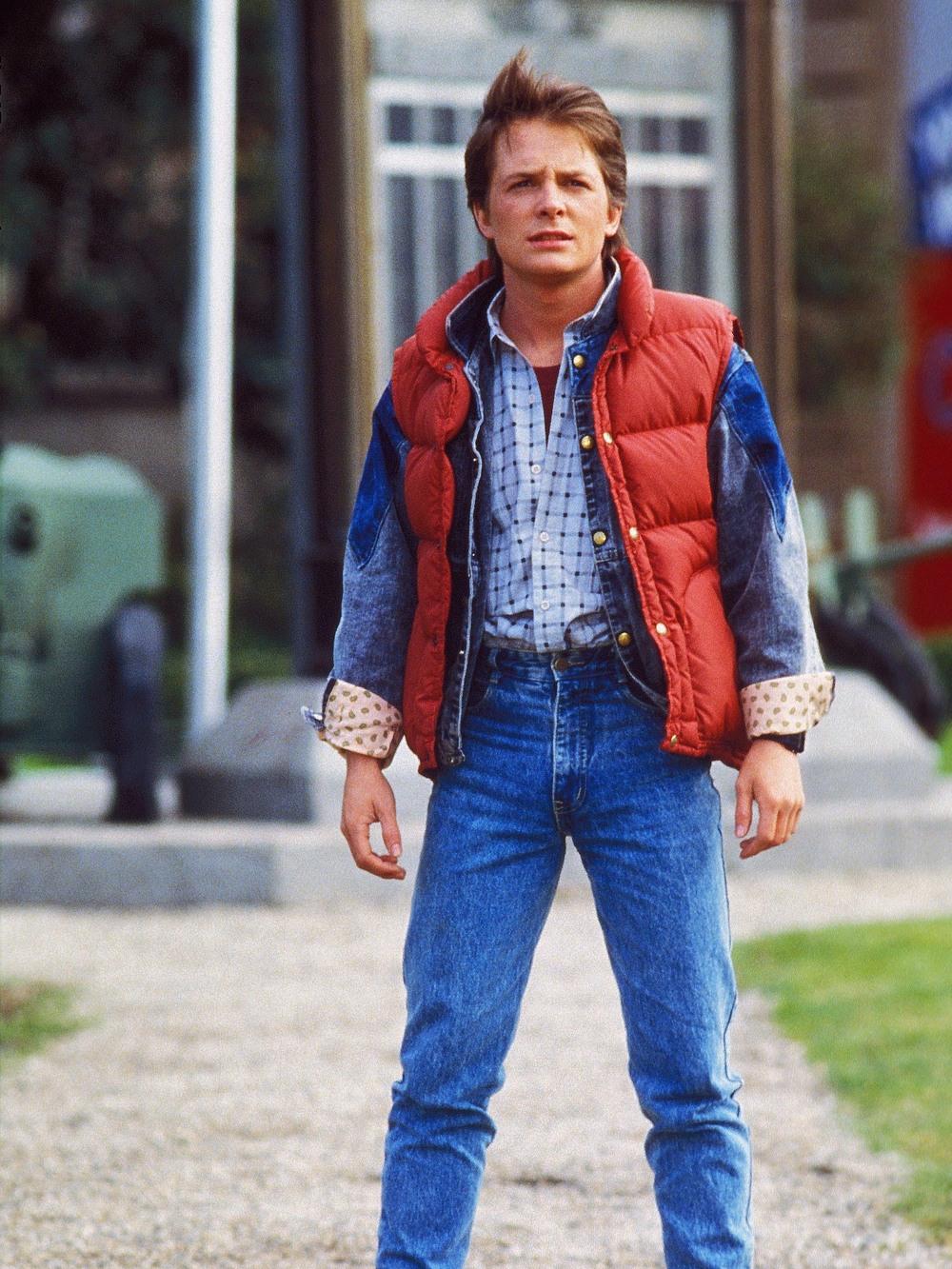 Marty McFly. Outro clássico. Não precisa nem dos tênis Nike do futuro. E importante: o colete estofado vermelho só para usar na fantasia, ok?