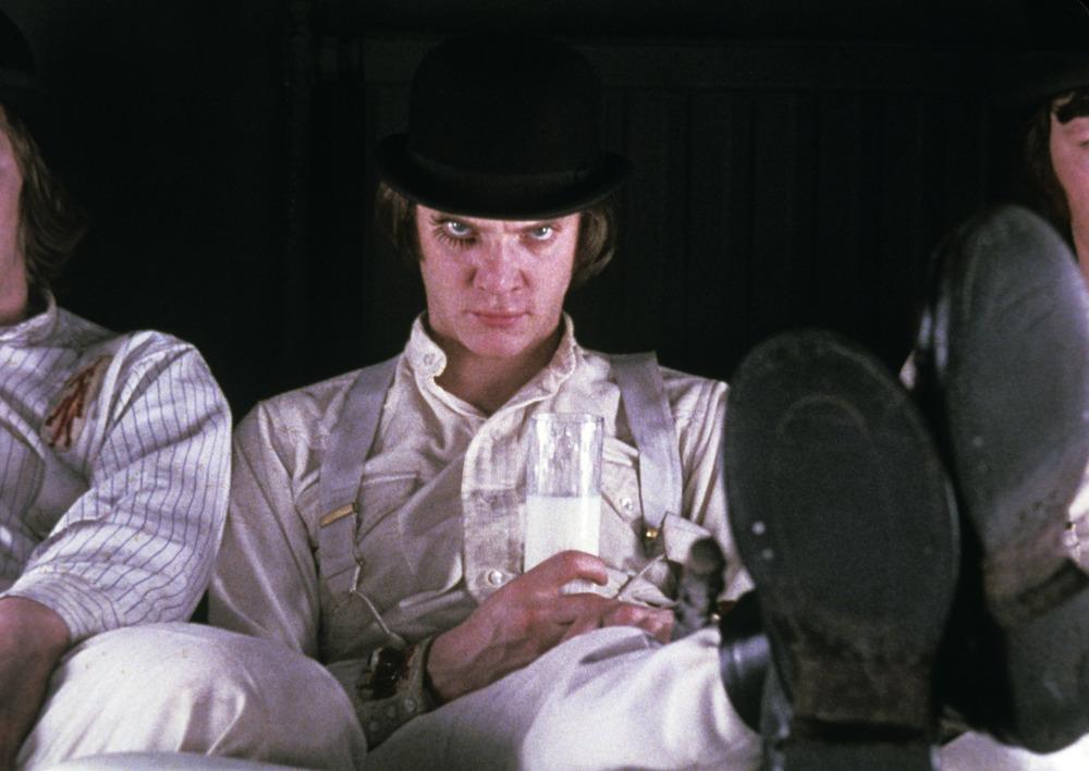Alex - Laranja Mecânica. Mais um clássico. Um clássico monocromático, podemos dizer. Calça branca, camisa branca e suspensório branco combinados com coturno e chapéu pretos. Infalível, podem acreditar.